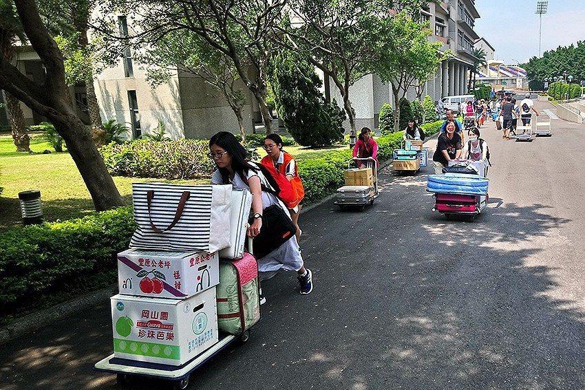 志工協助新生行李搬運。 長庚科大/提供