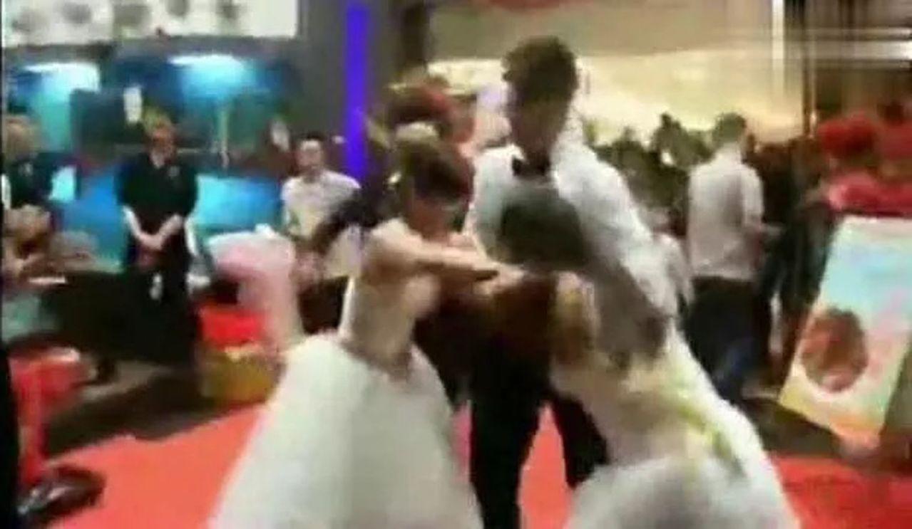 湖北這場婚禮兩個新娘,都喊「懷他孩子」扭打一團。 圖擷自詩華日報