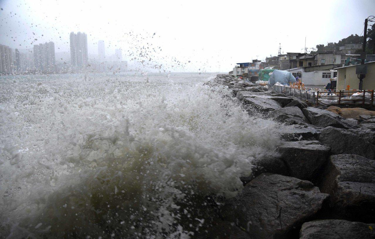 超強颱風「山竹」進逼香港,去年颱風「天鴿」受災嚴重的柴灣杏花邨,海面已不時翻起巨...