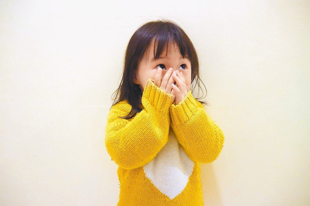 別人家的孩子到了小學門口,看到老師、同學,就開心地往校園教室裡面跑,有時還忘記轉...