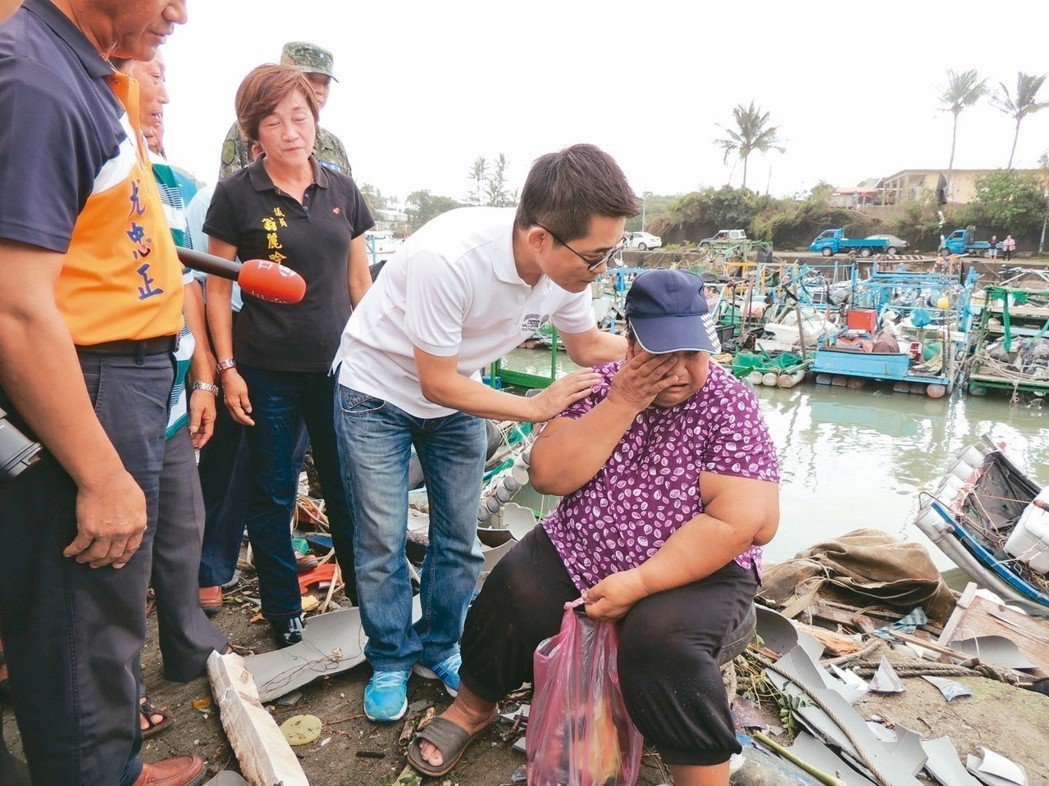 一位受災婦人坐在自家破損的膠筏旁啜泣,看到台東縣長黃健庭她哭著說:「我什麼都沒了...