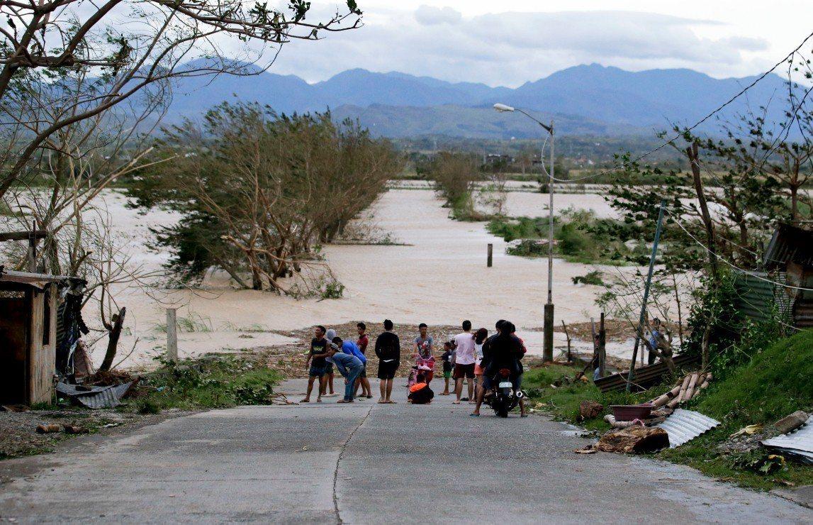 山竹颱風侵襲菲律賓北部帶來重大破壞,引發山崩並嚴重淹水,造成14人死亡。 歐新社