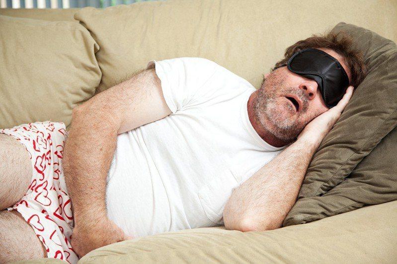 吃飽後躺平可緩解腦供血不足?運動會胃下垂? 醫師解析餐後4個迷思的真相