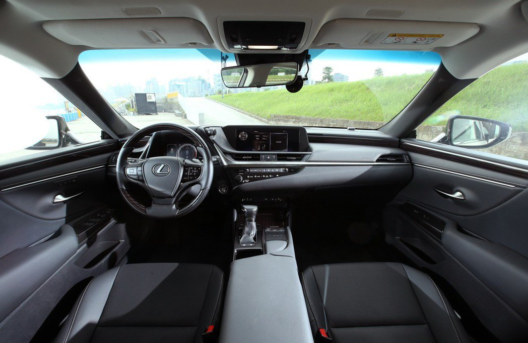 LEXUS ES200雖然是入門豪華房車,但內裝舖陳已呈現出相當大氣的感受。 記者林澔一/攝影