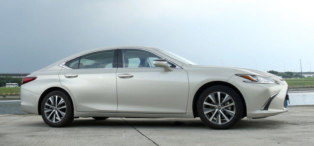 ES改款後在造型上融入承襲LC旗艦跑車的Coupe跑車輪廓,呈現極為大膽的前衛設...