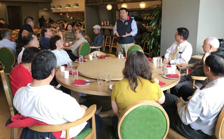 中華戰略學會研究員張競(站立者)在華府演說。 台灣醒報
