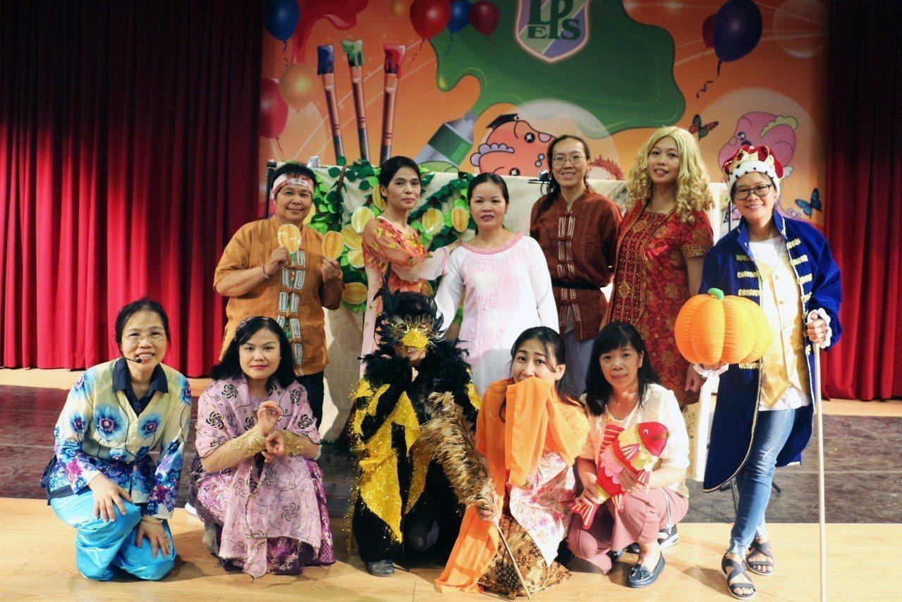 由緬甸、越南、印尼等不同國籍的新住民媽媽所組成的「公益故事團」,昨天到三峽龍埔國...