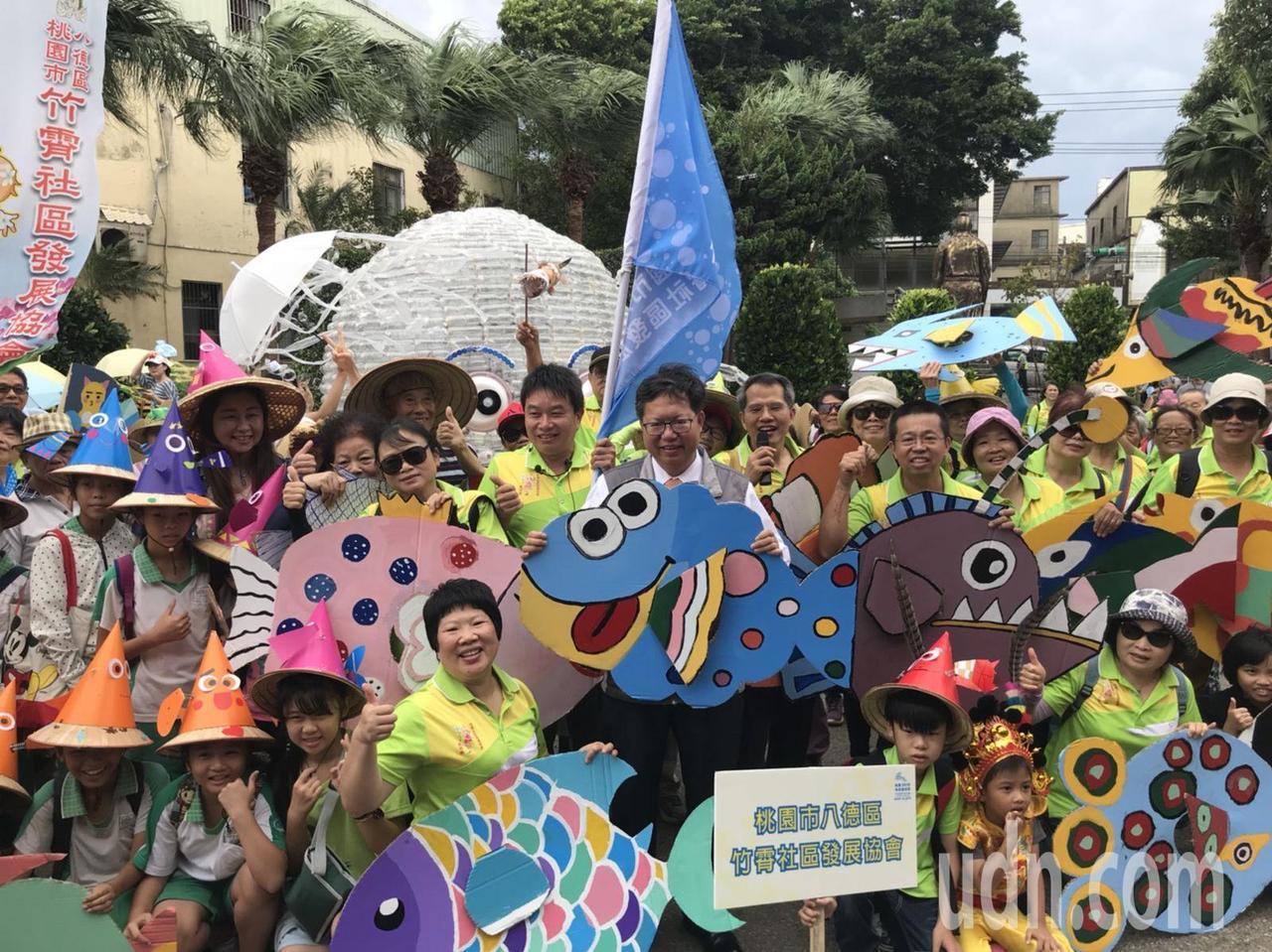 桃園地景藝術節昨天在楊梅富岡老街,熱鬧舉行「百魚遊富岡─魚兒回娘家」踩街遊行活動...