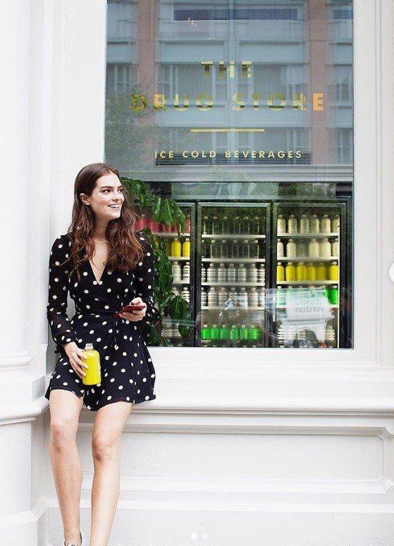 紐約飲料店「髒檸檬」的實體店開幕,消費者到店內冰箱選取飲料後,利用簡訊付款。取自...