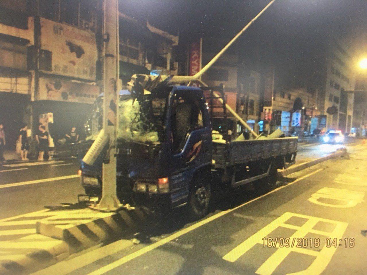 又是酒駕惹禍,台南市一輛小貨車駕駛涉嫌酒後駕車撞斷大同路二段號誌燈,警詢後依公共...