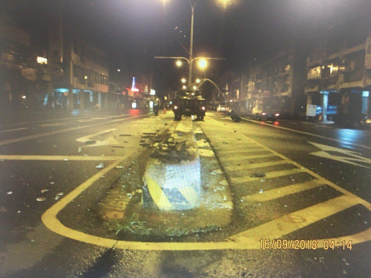 台南市一輛小貨車駕駛涉嫌酒後駕車撞斷大同路二段號誌燈,警詢後依公共危險罪嫌法辦。...