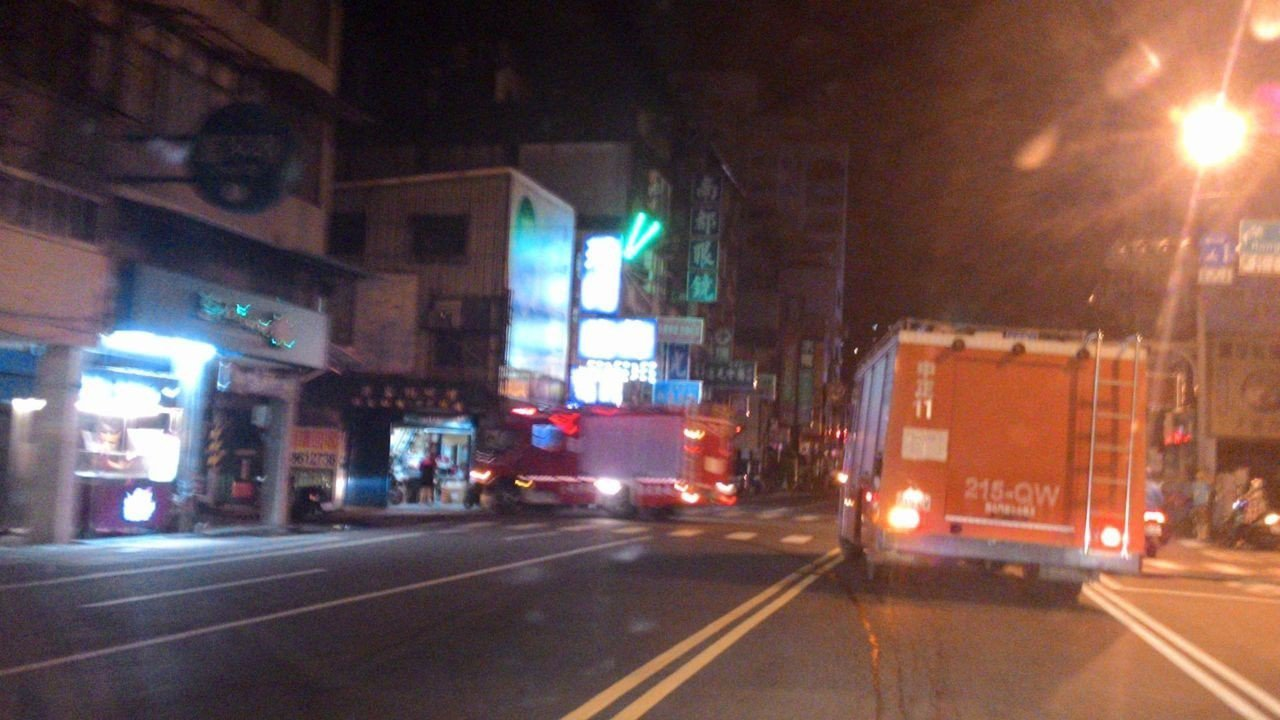台南市東區榮譽街民宅,今天清晨有民眾在三樓陽台燒廢紙,誤報發生民宅火警,造成虛驚...