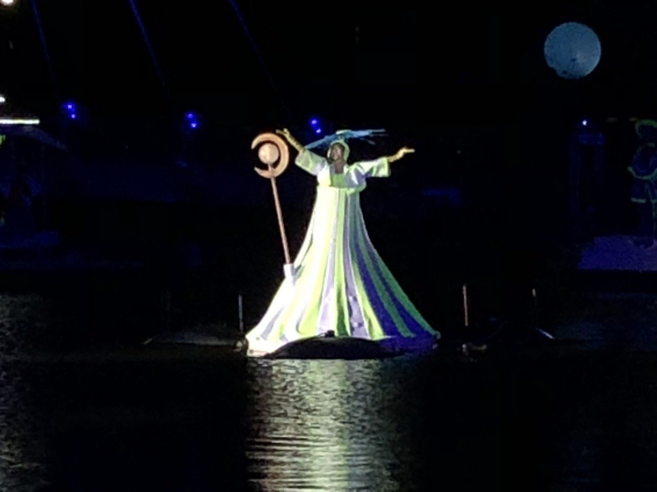 「水young桃源」演出人員由臺灣戲曲學院民俗技藝學系及專業舞者組成,台上和幕後...