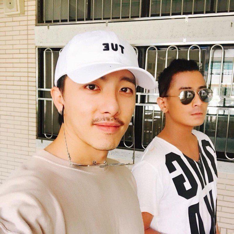 坤達和Toro今年七月一起回母校新店高中。圖/摘自坤達臉書