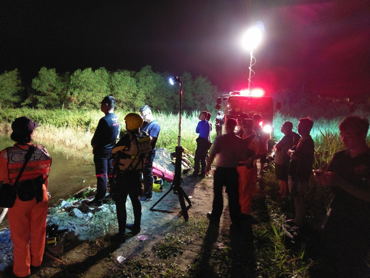 男子下海抓螃蟹失蹤,台南市消防及海巡忙搜救。記者謝進盛/翻攝