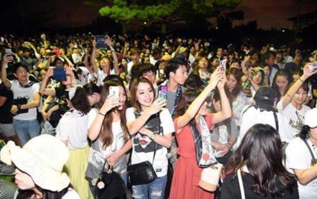 昨晚演唱會場外上萬歌迷集結。圖/摘自日刊體育