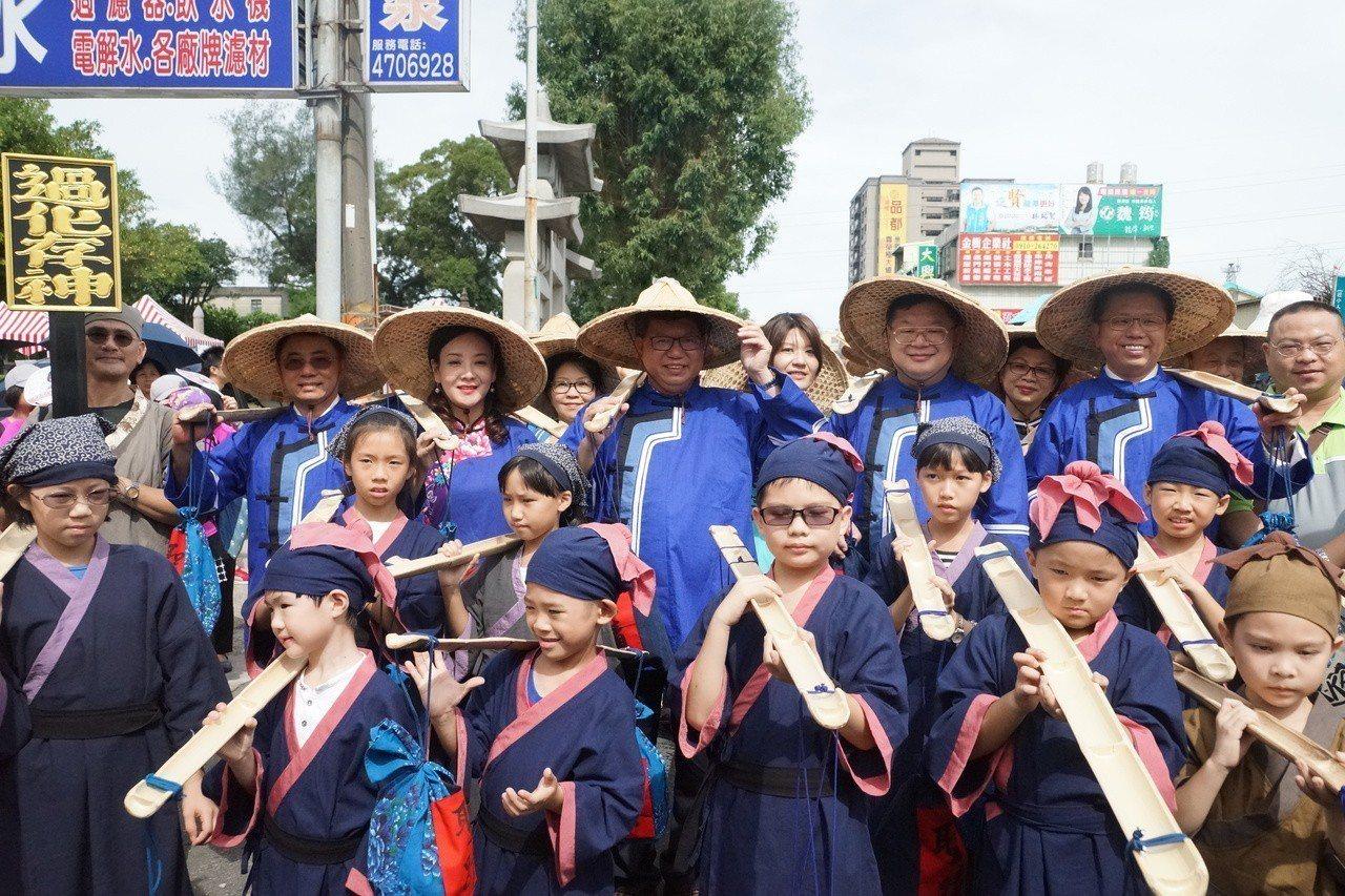 桃園市長鄭文燦(後排左4)表示目前只有桃園保有最完整的客家三獻古禮儀式。圖/桃園...