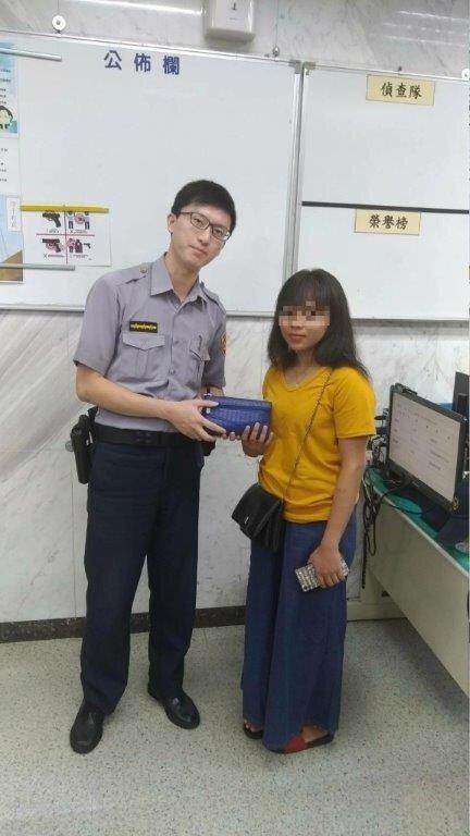 警員黃柏勳協助印尼籍女子尋回皮夾。記者李隆揆/翻攝
