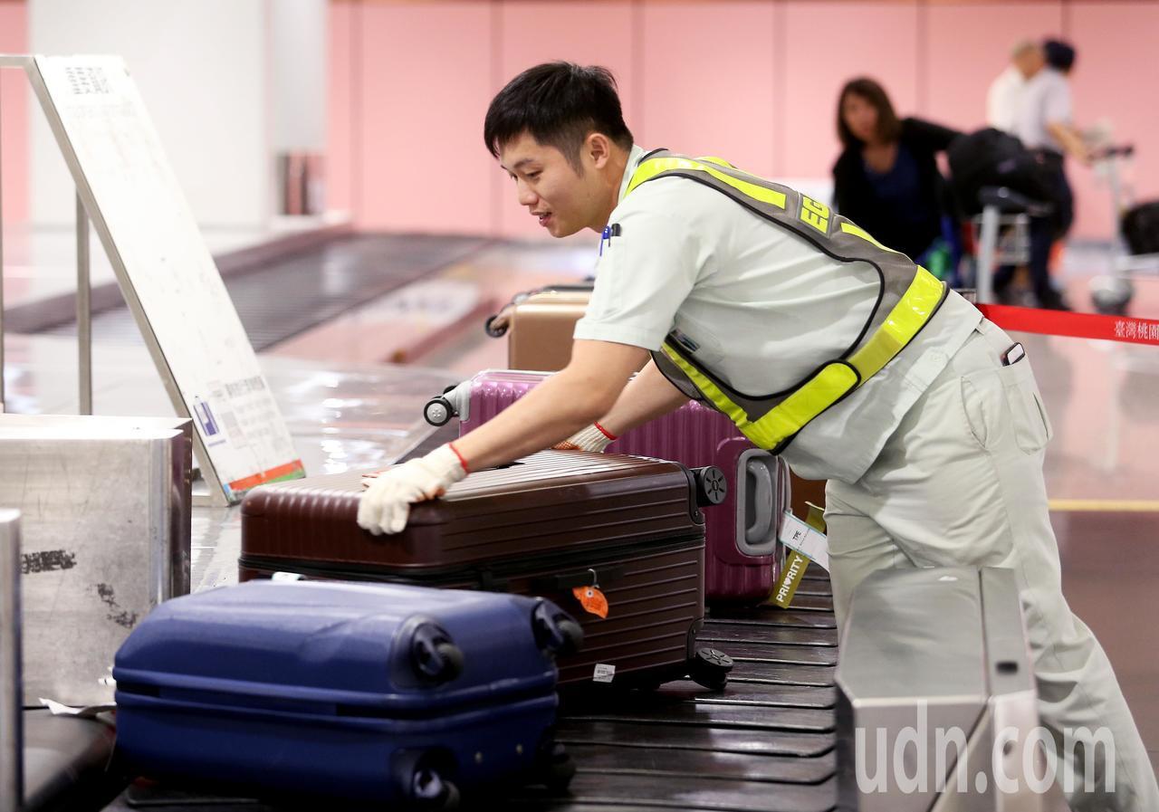 長榮航勤公司組員李嘉裕,站在桃園機場第1線,擔負推輪椅、整理行李工作服務旅客,及...