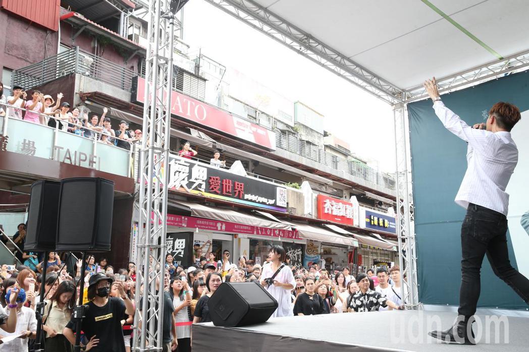張立昂首張創作EP《±1》專輯簽唱會昨日於西門町舉行,他表示,專輯名稱是一個概念...