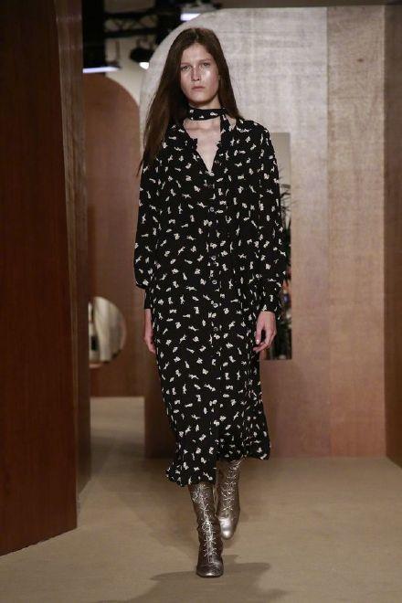 垂墜飄逸的印花洋裝、背心褲裝彰顯Alexa Chung最愛的七○年代風格。圖/摘...
