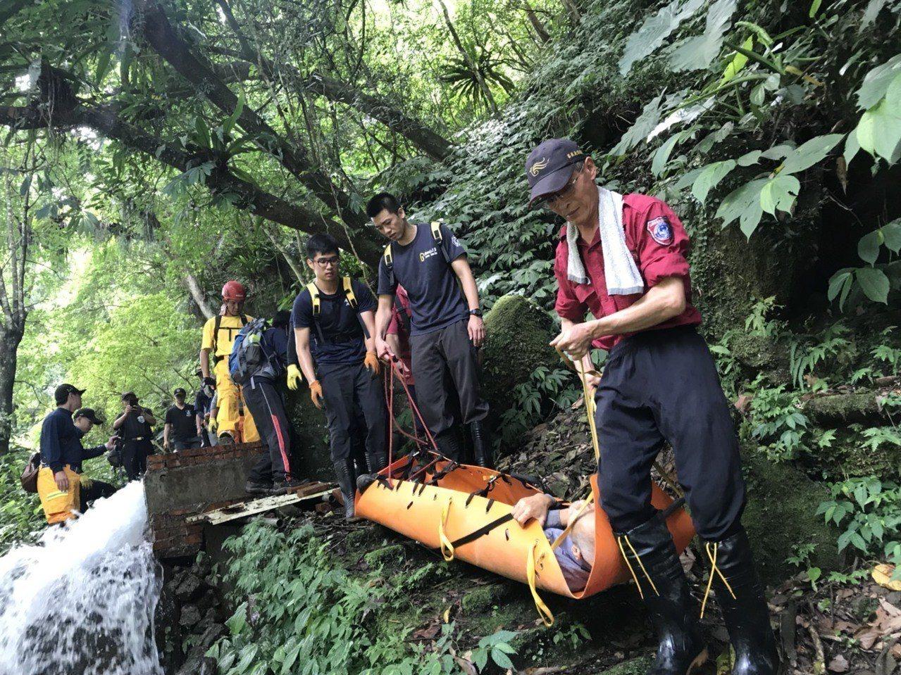 搜救人員今天上午動用器材,將受傷黃姓男子送下山就醫。圖/苗栗縣消防局提供