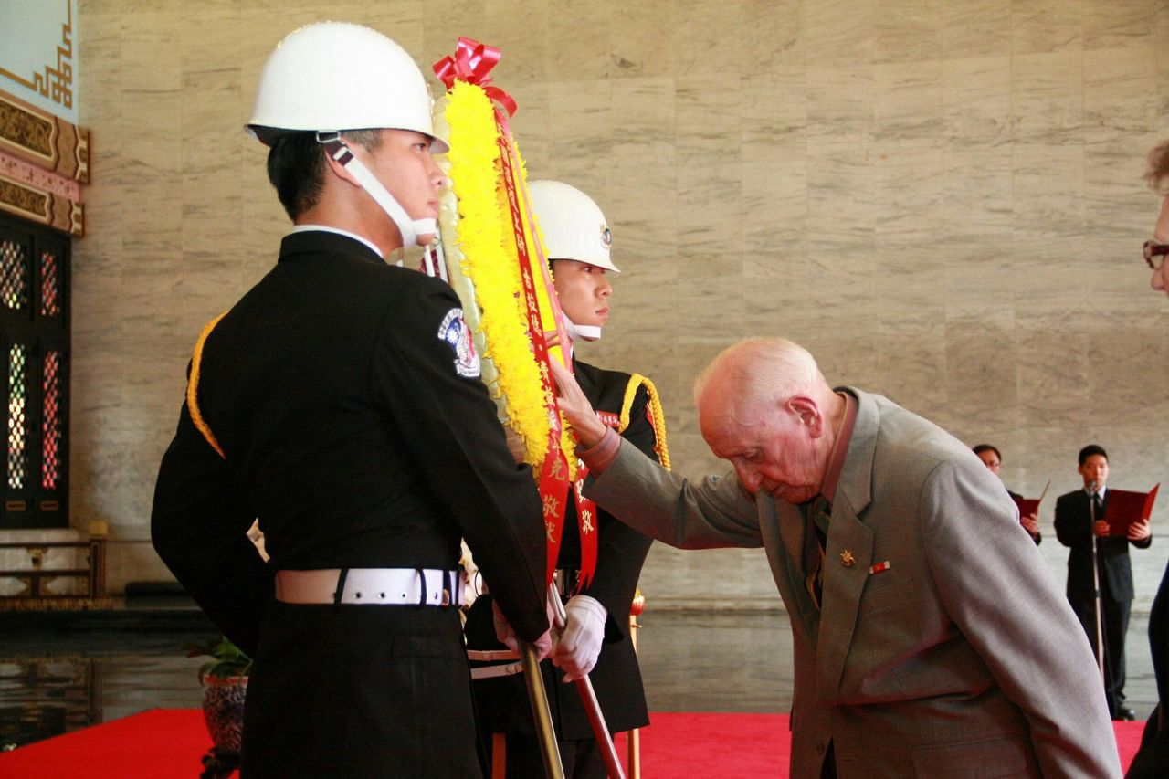 2013年3月27日,費茲派翠克到忠烈祠,向緬甸陣亡的國軍將士致祭,當場落淚不能...