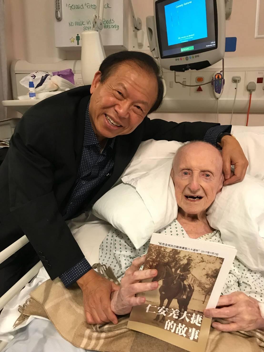 8月23日,劉偉民(左)趕到英國探視費茲派翠克,四天之後老上尉就去世。圖/劉偉民...