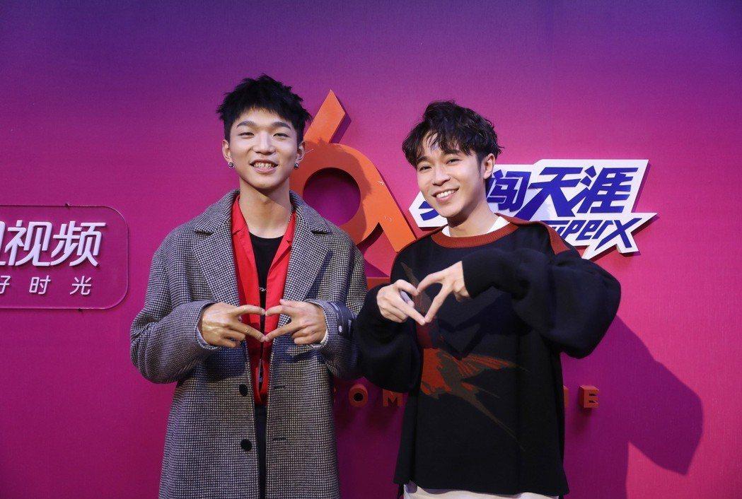 吳青峰(右)跟總冠軍蔡維澤比出賣萌的愛心手勢。圖/大房小山音樂提供