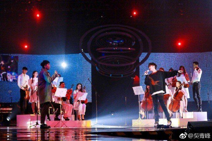 吳青峰(右)和徒弟蔡維澤合唱「燕窩」。圖/摘自微博