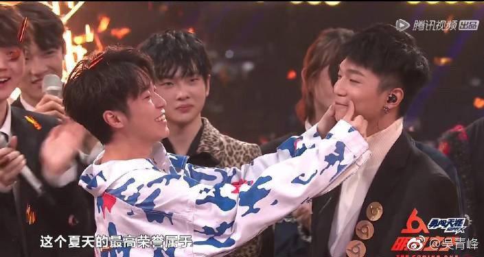 吳青峰(左)出手調整蔡維澤的撲克臉。圖/摘自微博