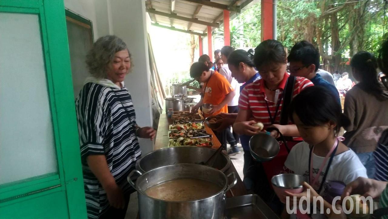 「來喔!好吃的紅油抄手出爐了」從外地嫁來建國一村40年的媳婦胡魯耘,經過婆婆手把...