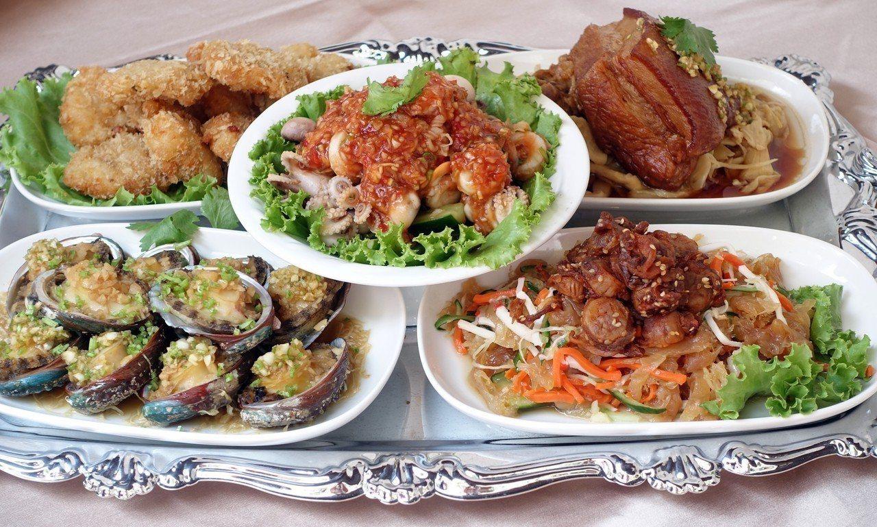 阿勇家「五子進登科」,有金錢蝦餅、日月蛤小目斗、干貝燒海蜇、蒜烤鮑粒及大肉。記者...