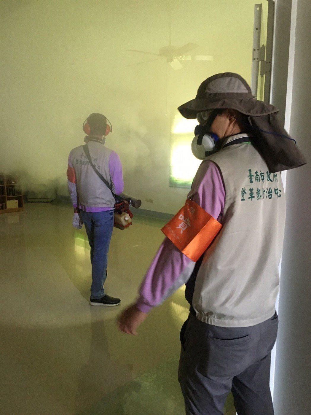 台南市出現第2例登革熱病患,防疫人員今天前往佳里區進行化學防治。圖/衛生局提供