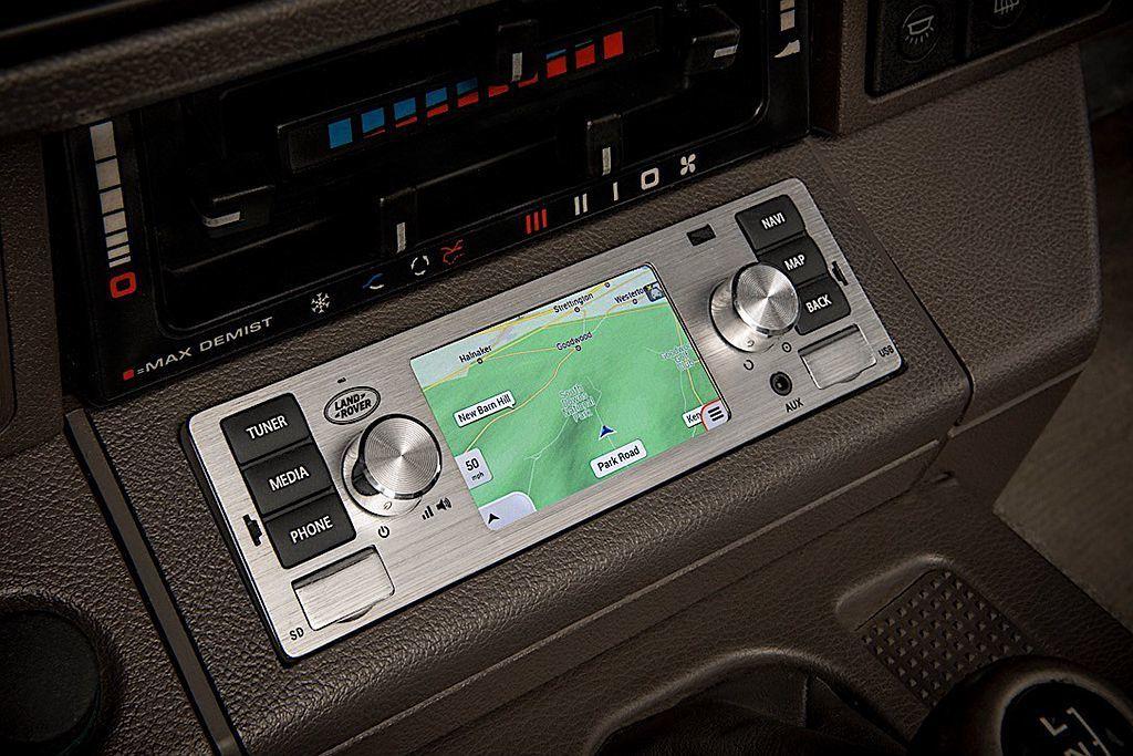 完美契合老車內裝的這套多媒體系統,採3.5吋多功能觸控顯示螢幕並具備導航系統、智...