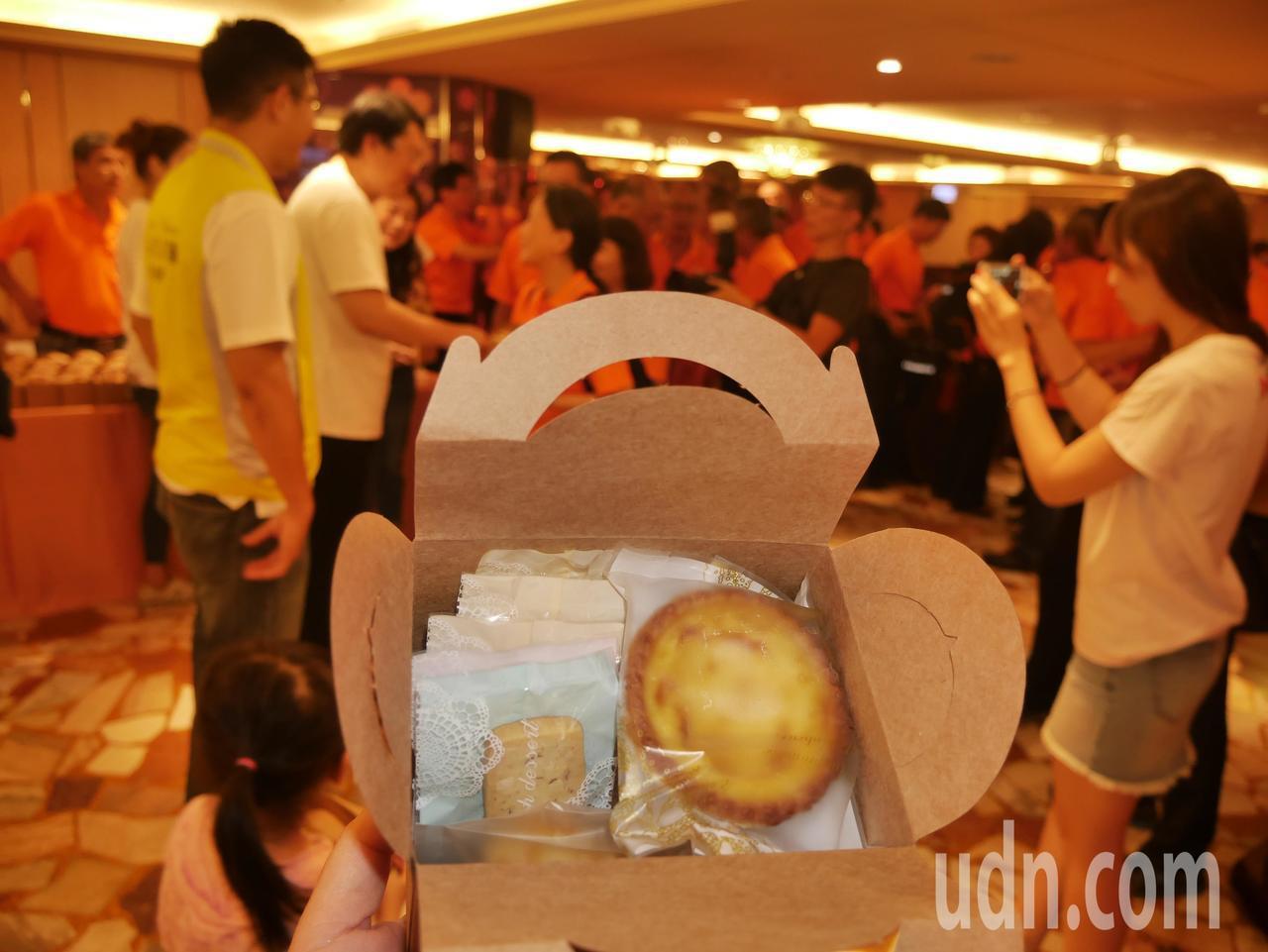 林右昌的太太吳秋英親手製作手工餅乾,在會後送給現場上百位的打火英雄品嘗,大家愛不...
