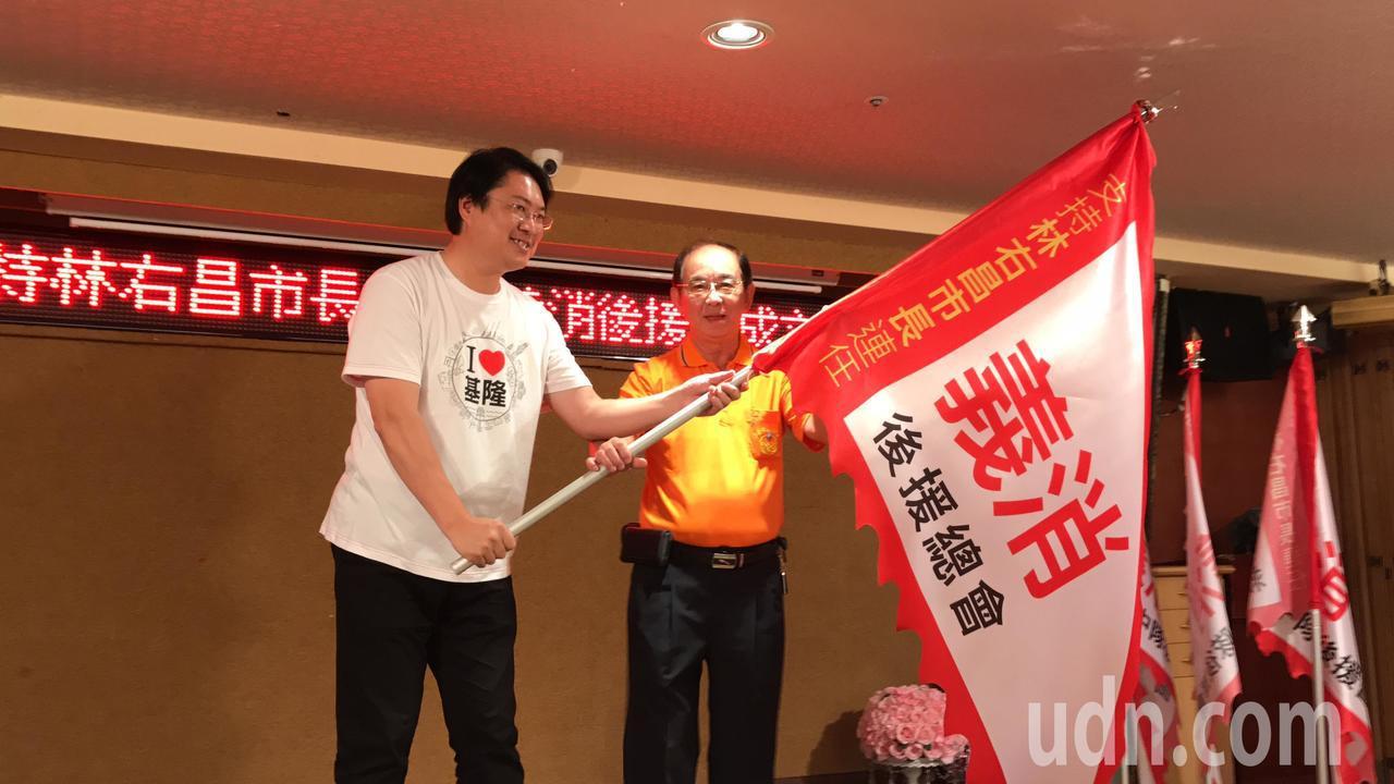 尋求連任的市長林右昌今天成立第一個競選後援會,由打火弟兄搶頭香。記者吳淑君/攝影