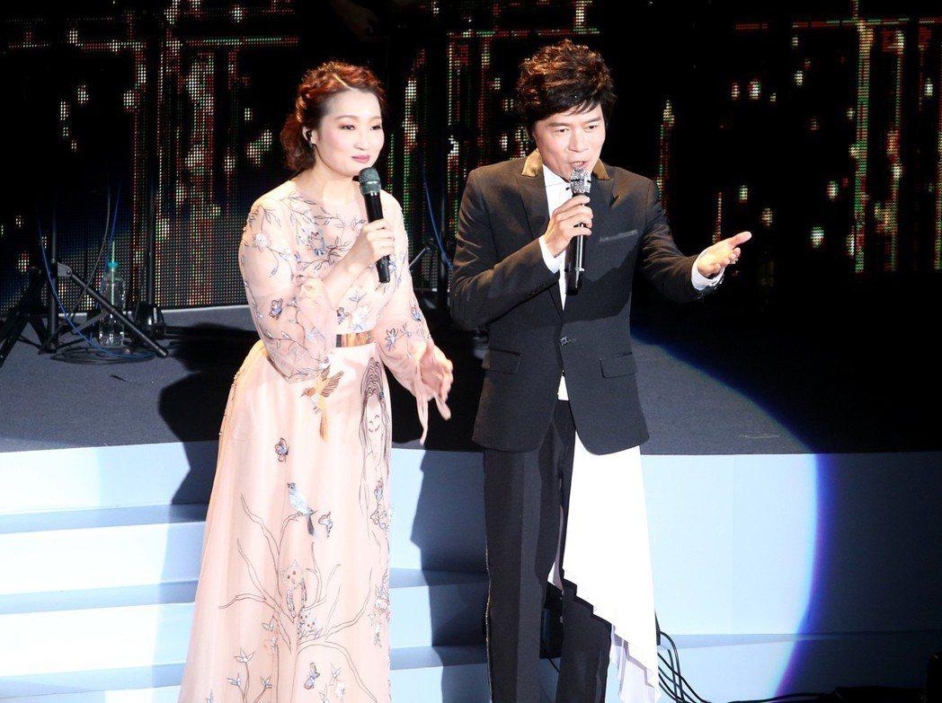 洪榮宏(右)人生車站巡迴演唱會台北場第二場,蔡麗津(左)擔任嘉賓力挺。記者余承翰