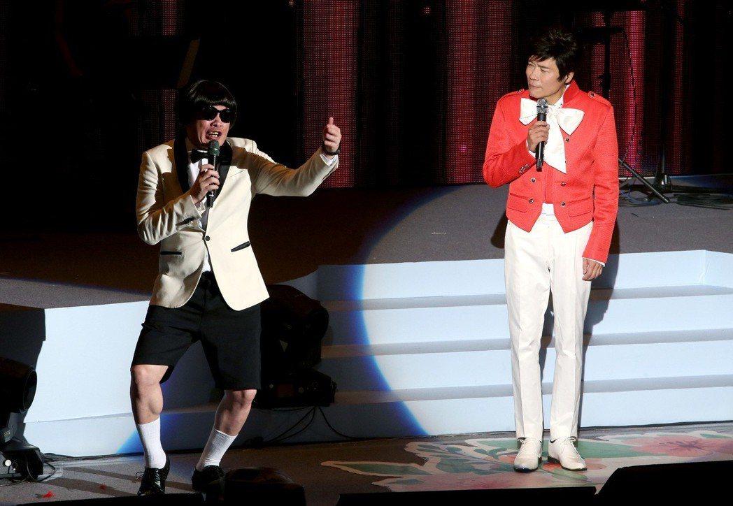 洪榮宏(右)人生車站巡迴演唱會台北場第二場,康康(左)化身豬哥亮,重演當年當紅的...