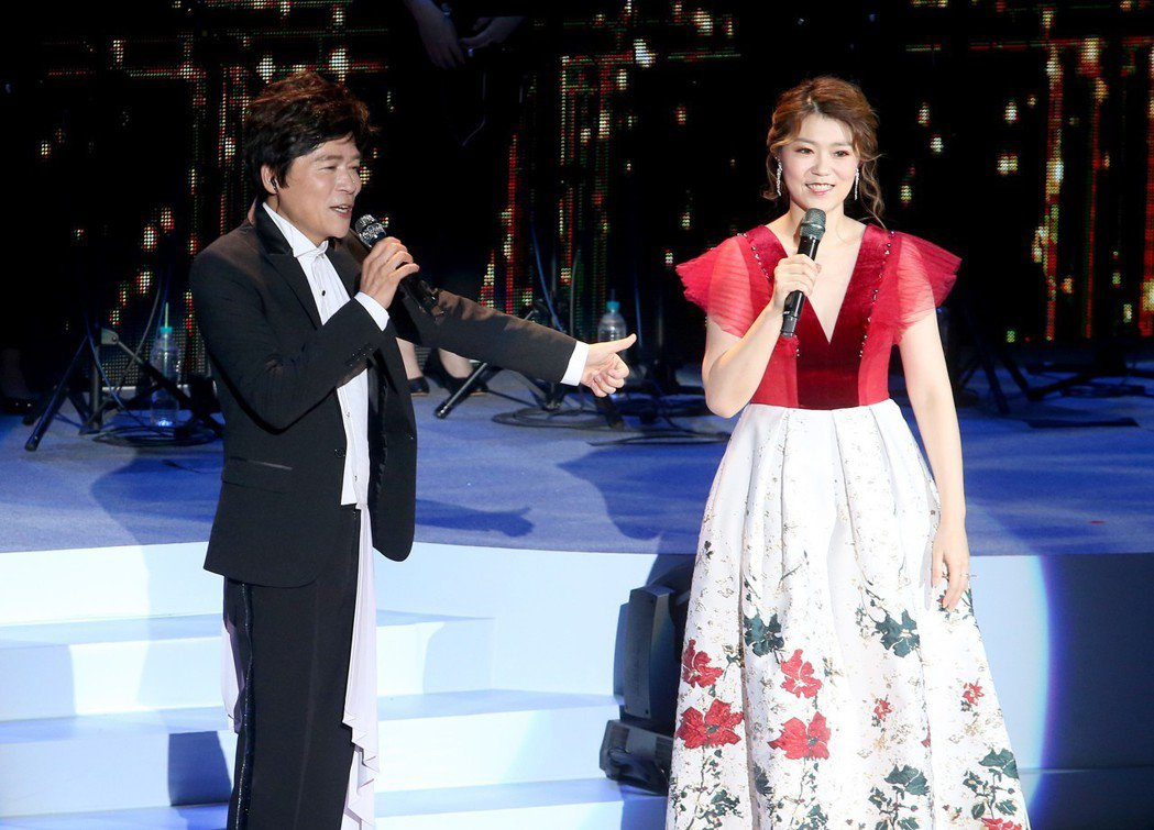 洪榮宏(左)人生車站巡迴演唱會台北場第二場,曹雅雯(右)受邀一同對唱情歌。記者余...