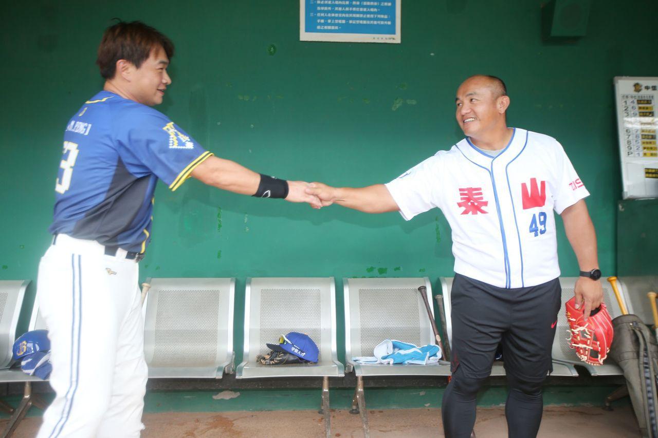 張泰山與老友彭政閔握手致意。記者陳正興/攝影