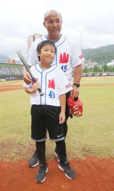 張泰山與兒子張可洛一同開球。記者陳正興/攝影