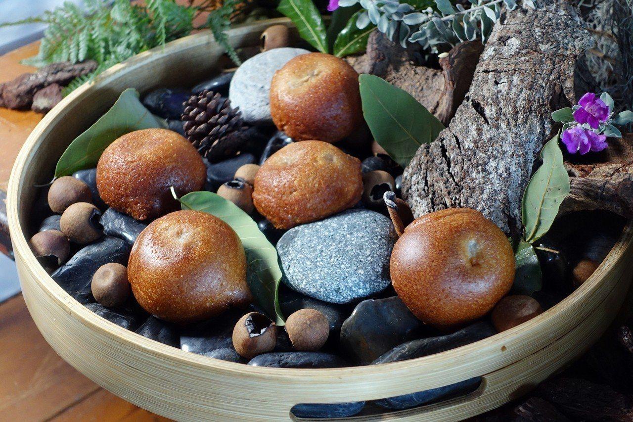 主廚鄭安宏結合東山龍眼蜜及瑪德蓮質地,製成圓滾滾的「龍眼蛋糕」。記者沈佩臻/攝影