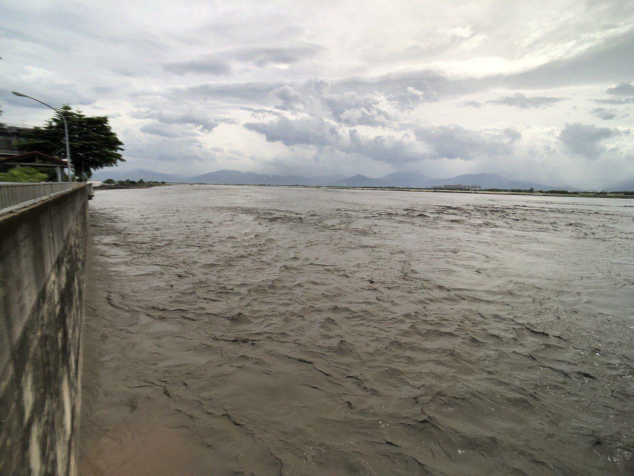 高雄山區豪雨導致高屏溪原水濁度飆高,高屏堰取水量減少。圖/南水局提供