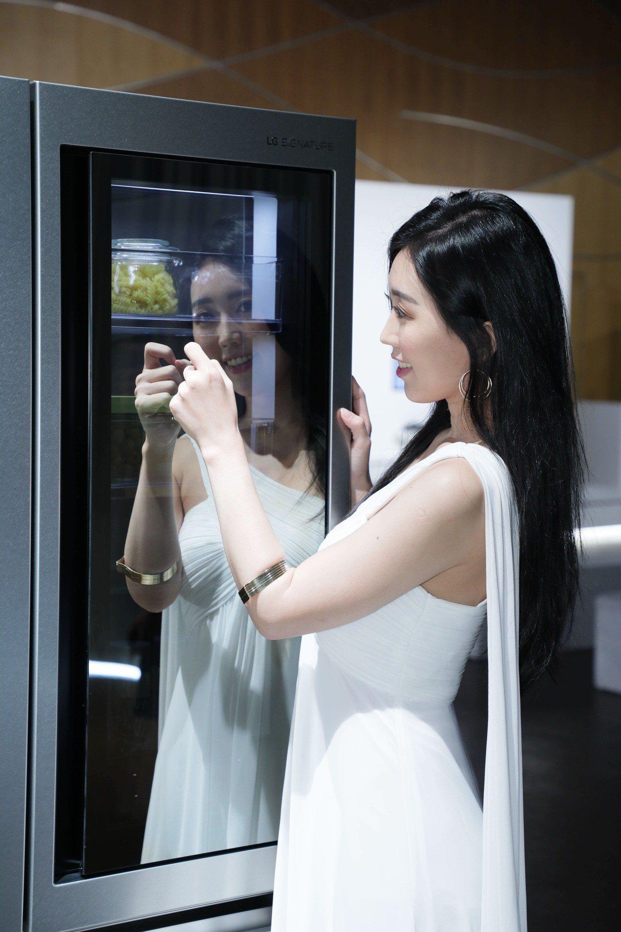 敲敲看門中門冰箱的玻璃面板只需快速敲擊兩下,即可點亮冰箱內部LED燈。圖/LG提...