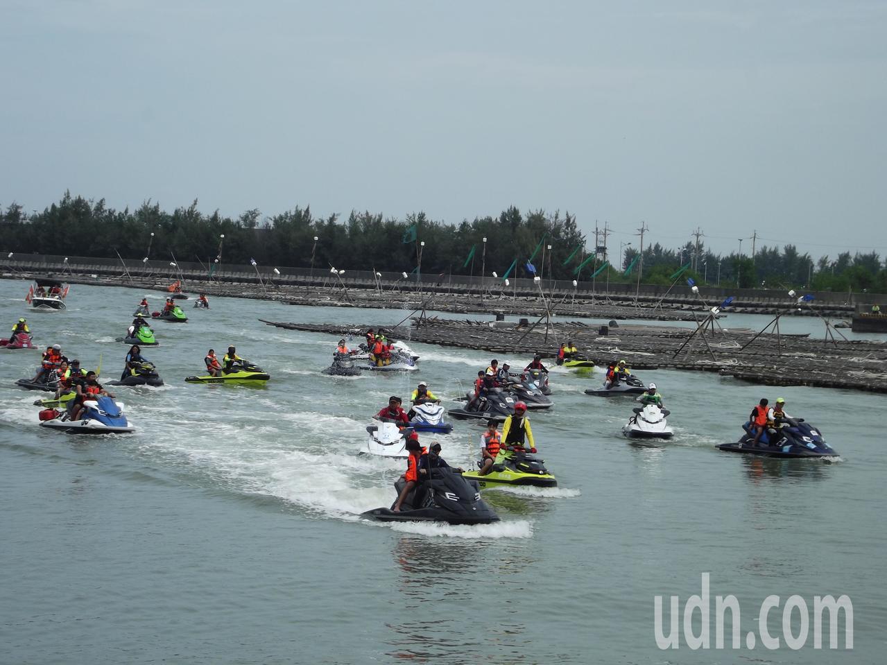 出動20台水上摩托車、5艘橡皮艇、1艘遊艇。記者謝恩得/攝影