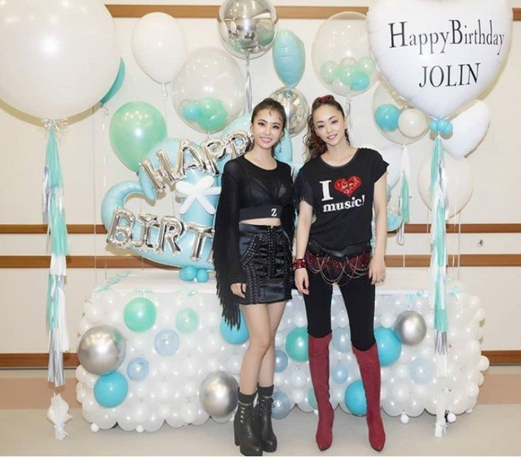 蔡依林與安室奈美惠在後台合照,後方的氣球是安室奈美惠團隊送來祝賀蔡依林生日的禮物...