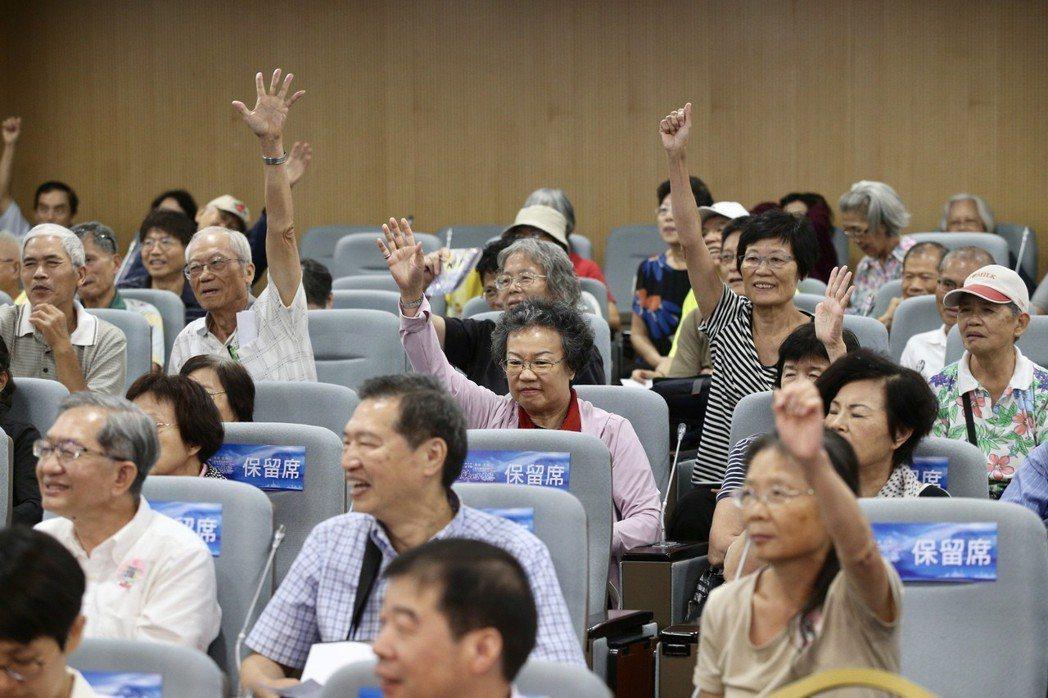 2018台北上海雙城健康講壇「肺心為您」張榮發基金會舉行,出席聽眾互動熱烈。記者...