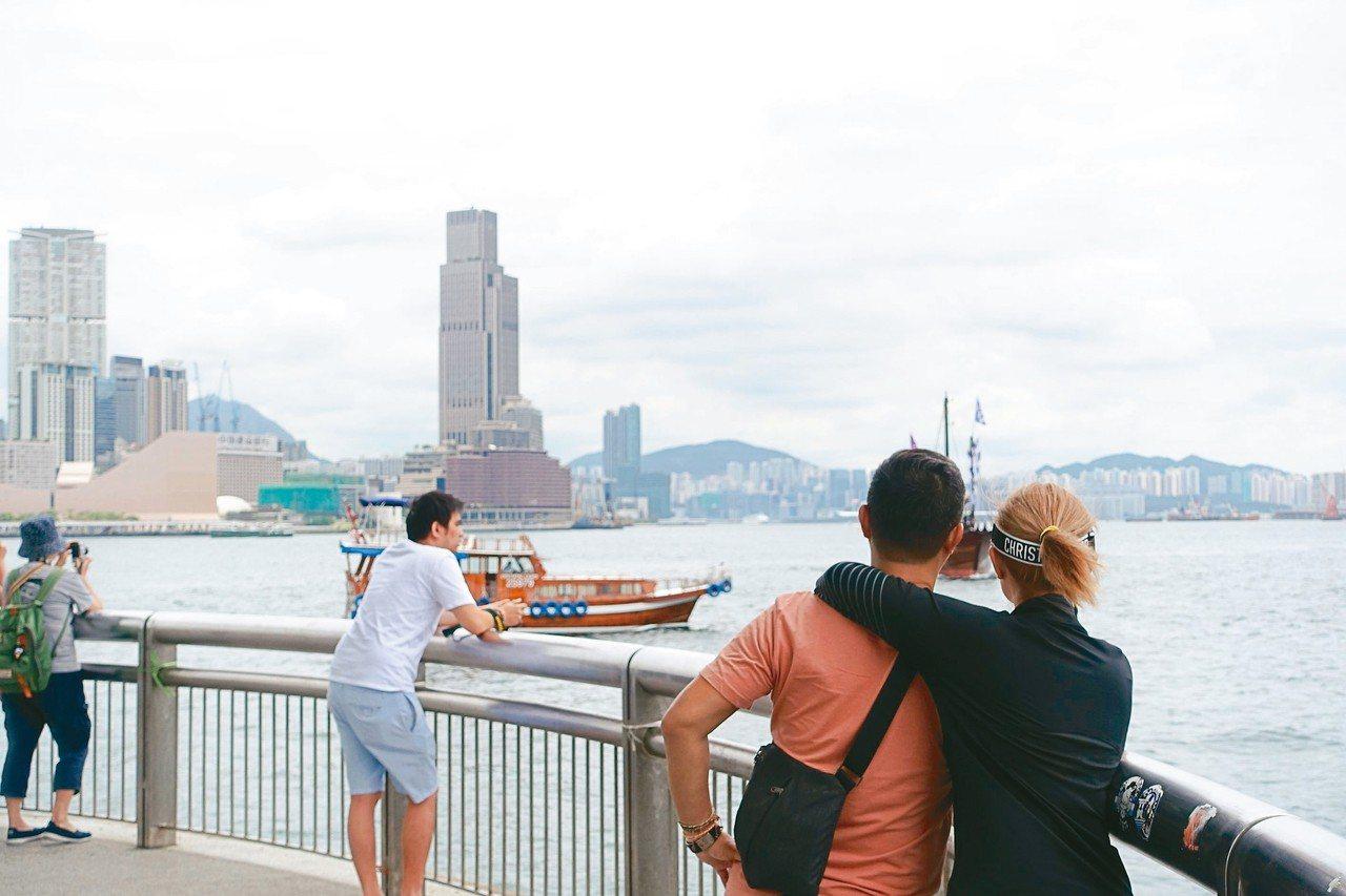 位處香港摩天輪旁的中環9號碼頭亦有許多旅客。 記者沈佩臻/攝影