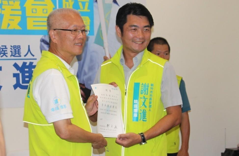 新竹市長參選人謝文進(左)昨天成立青年團後援會,副會長蔡錕珏(右)4年前還在林智...
